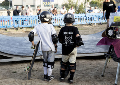Dos jóvenes aficionados totalmente equipados….