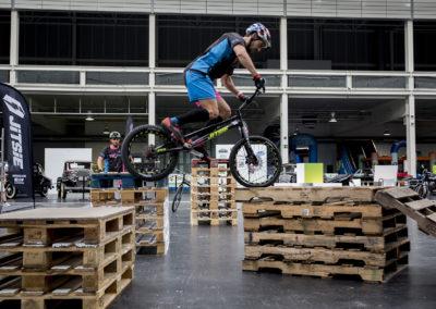 Exhibición de bicicletas de Trial por la empresa Trial Bici Coruña