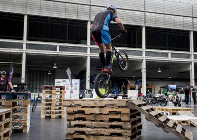 Bicicletas de trial en el circuito Indoor