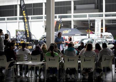 Charla de un miembro de la organización explicando las diferentes labores de producción de un gran evento