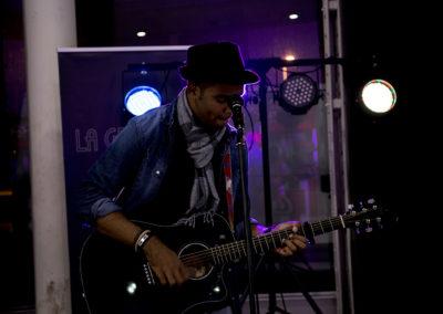 Cantante concentrado en su actuación durante el MIMOC Music Shuttle